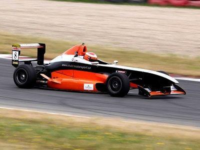 Závodním pilotem na okruhu